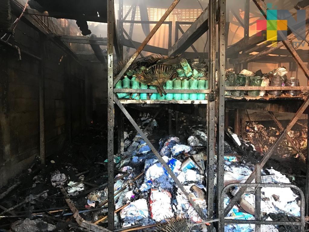 Cuantiosas pérdidas a comerciantes dejó incendio en tienda de Cerro Azul