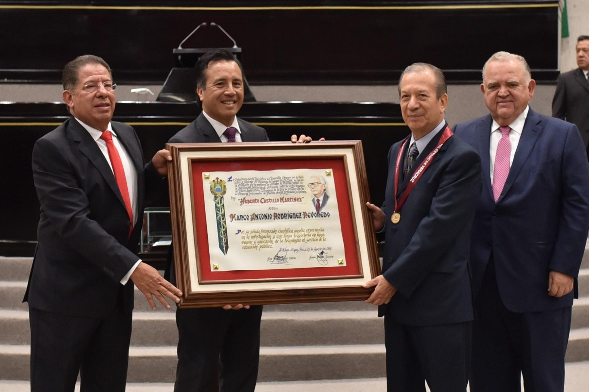 """Entregan medalla """"Heberto Castillo Martínez"""" a Marco Antonio Rodríguez Revoredo"""