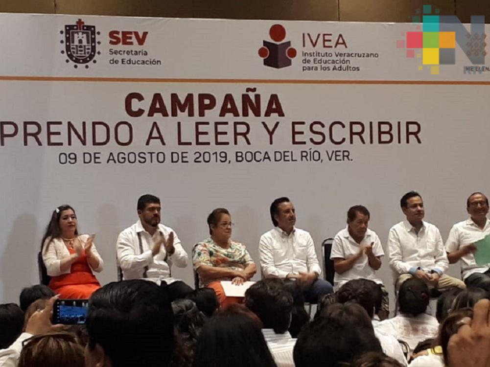 Meta de gobierno, regularizar a 560 mil analfabetas en Veracruz: Cuitláhuac García
