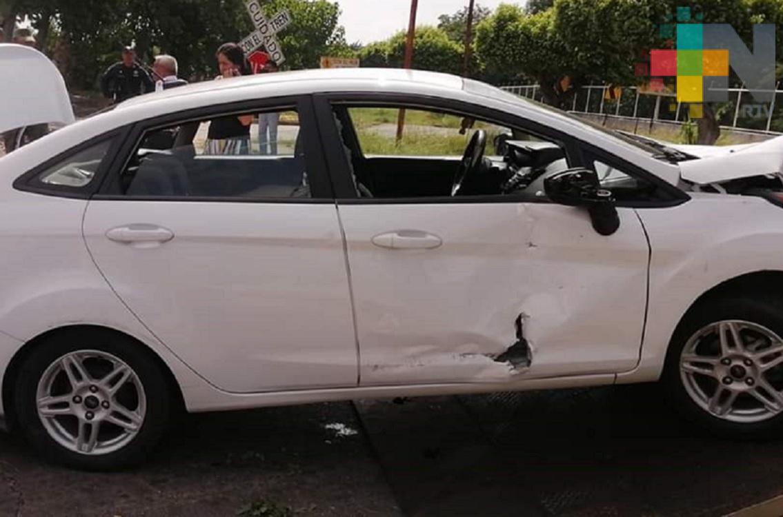 Por falla mecánica, automóvil es arrastrado por tren en Minatitlán