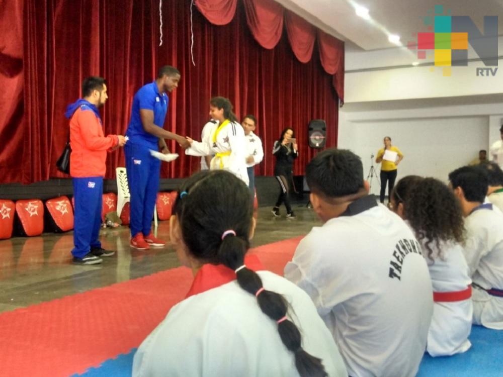 Taekwondoín Miguel Soria imparte seminario en Coatzacoalcos