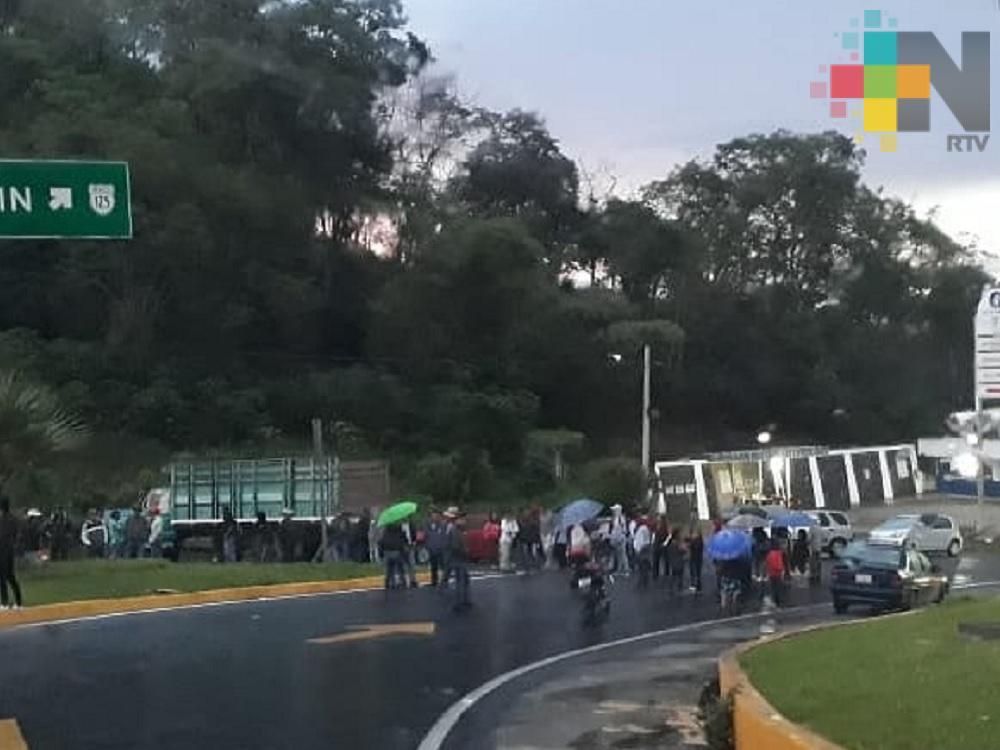 Toman carretera Totutla-Xalapa, piden terminen obra de pavimentación