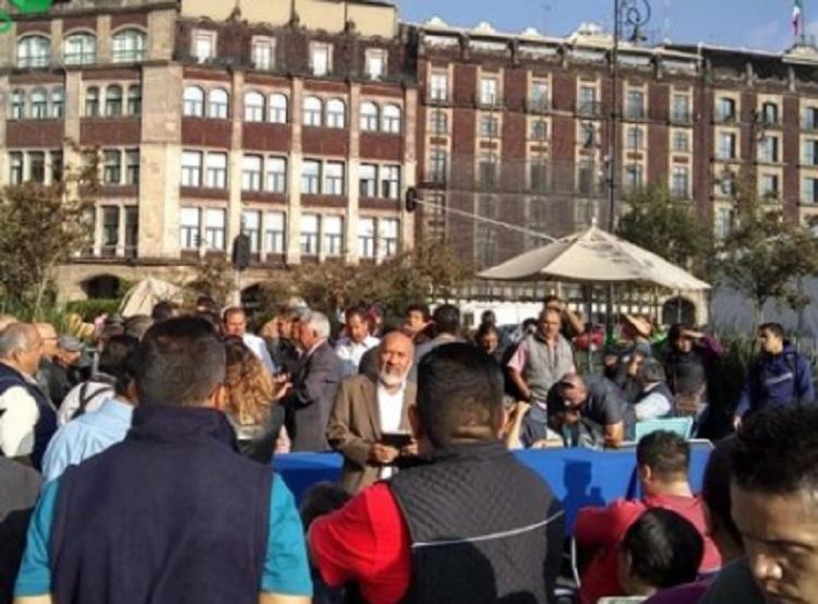 Trabajadores veracruzanos se manifiestan en el Zócalo