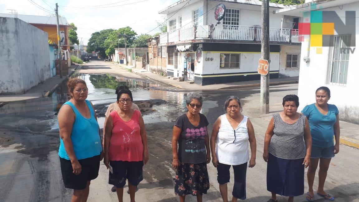Molestos por fuga de aguas negras en colonia Hidalgo de Veracruz puerto