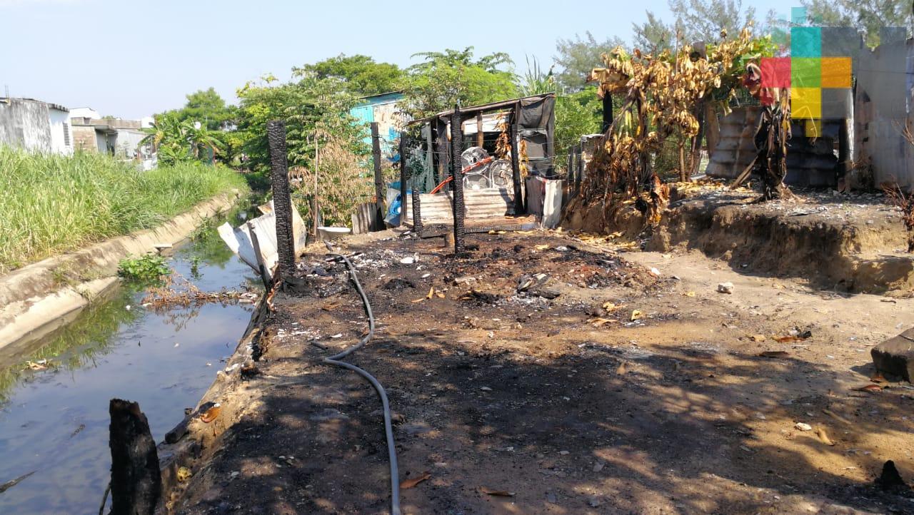 Denuncia señora quema de su vivienda en colonia Coatzacoalcos