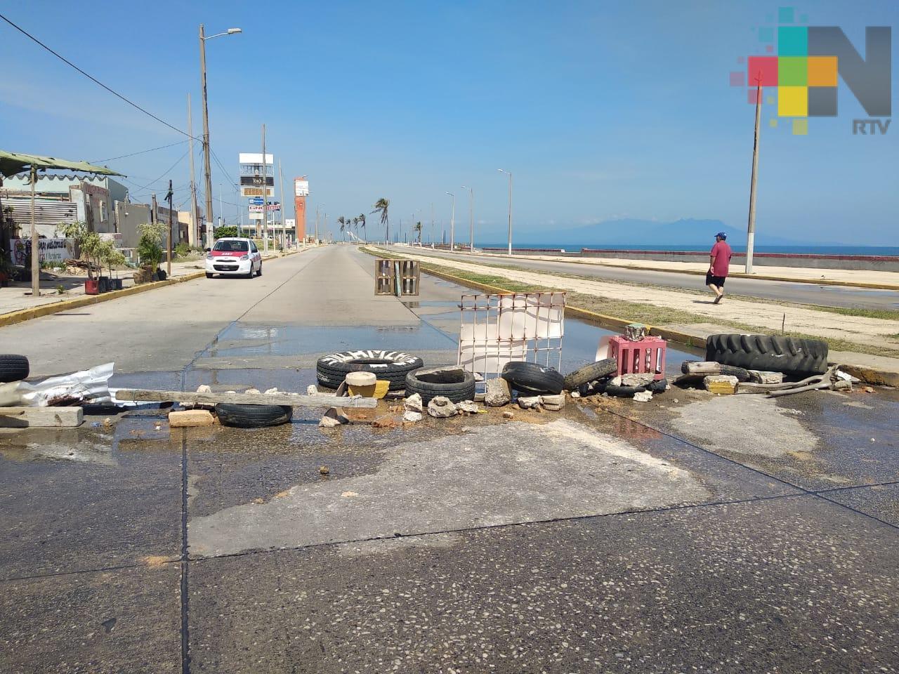 Tras desalojo de vecina, bloquean malecón costero de Coatzacoalcos