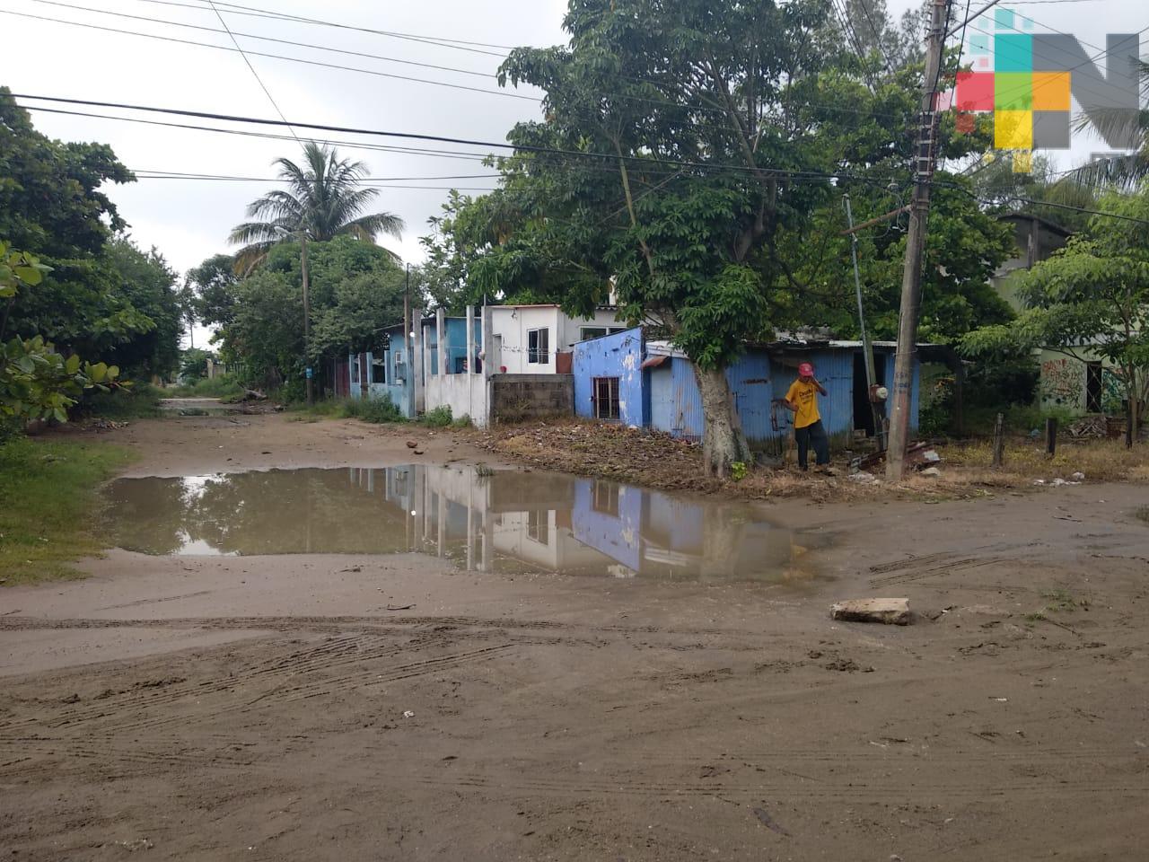 Habitantes de zonas bajas de Coatzacoalcos piden rellenar caminos para evitar inundaciones