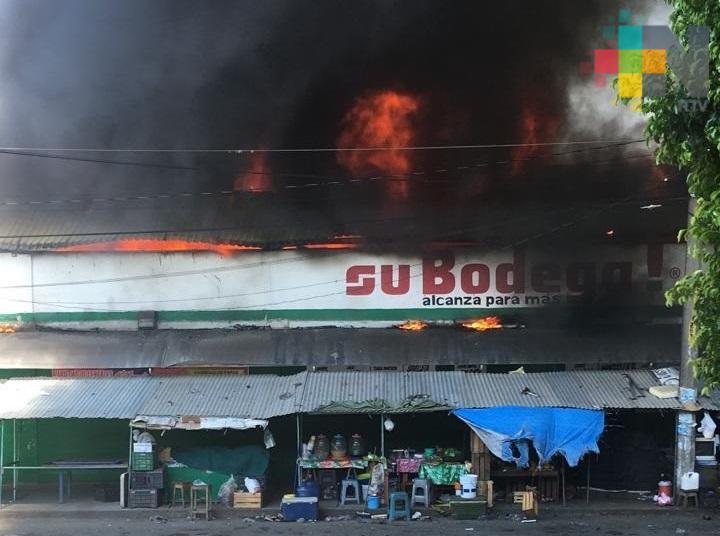 Se incendia mercado en Cerro Azul; PC evacuó la zona