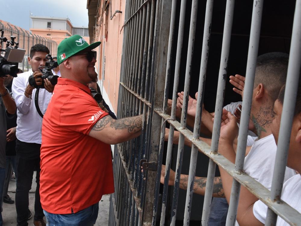 """""""¡Ánimo cabrones!"""", dice Andy Ruiz a reclusos del penal del Topo Chico"""