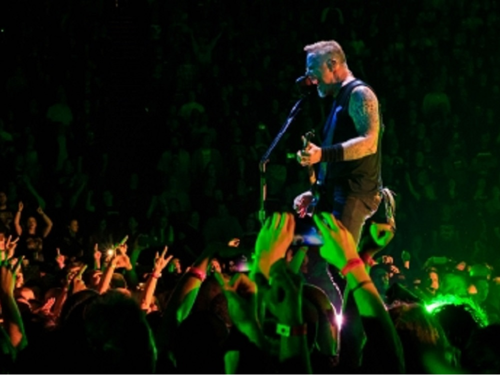 Adicciones de James Hetfield frenan gira de Metallica