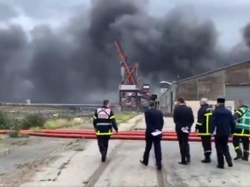 Alarma en Francia por incendio en fábrica de químicos