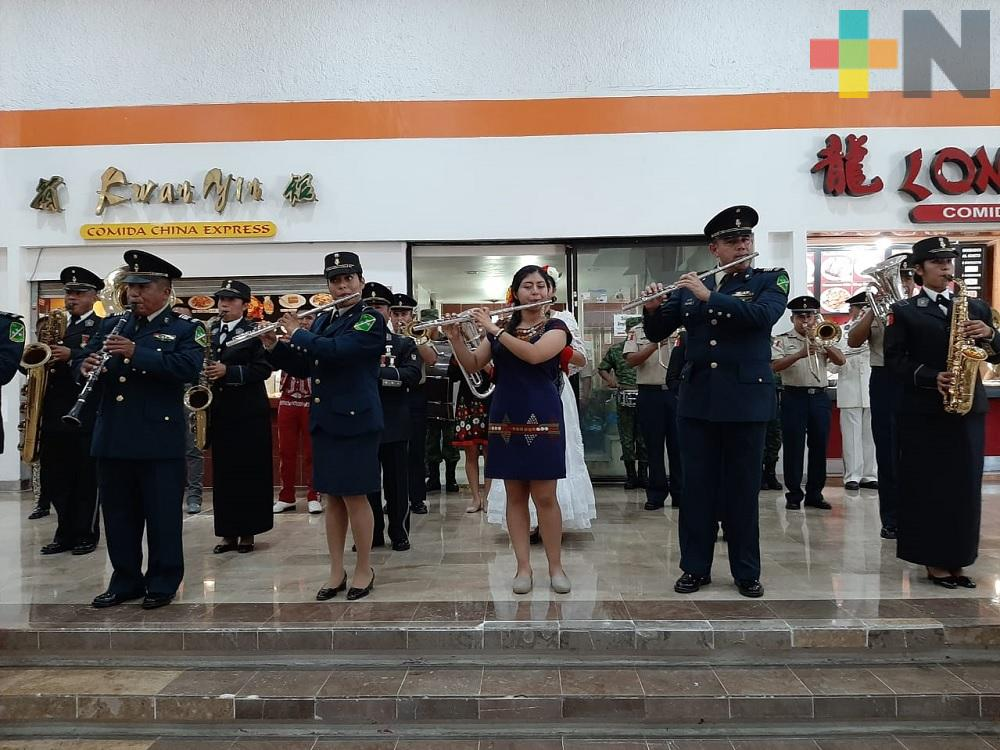 Banda de música de la VI Región Militar realiza 'flashmob' en plaza de Minatitlán