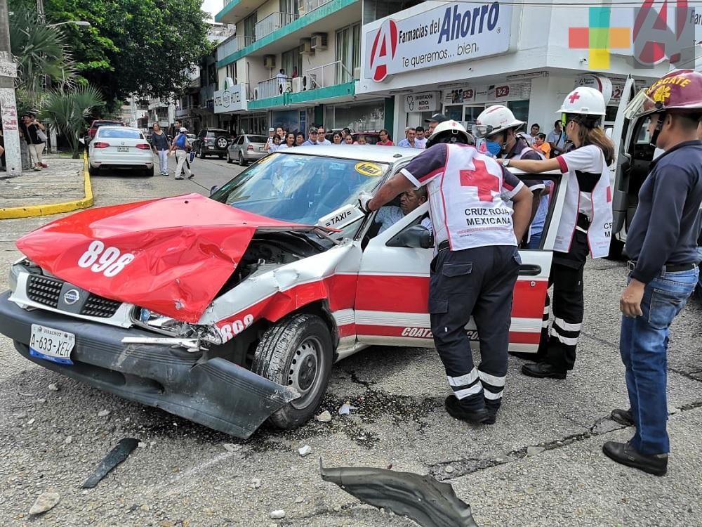 Choque entre taxi y vehículo particular deja dos lesionados en Coatzacoalcos