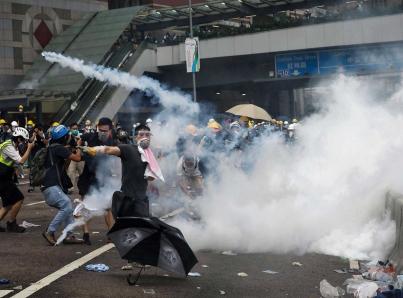 Manifestantes en Hong Kong toman centros comerciales y el metro