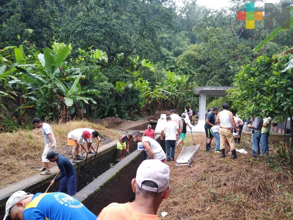 Limpian sistema de conducción de agua en Tlapacoyan