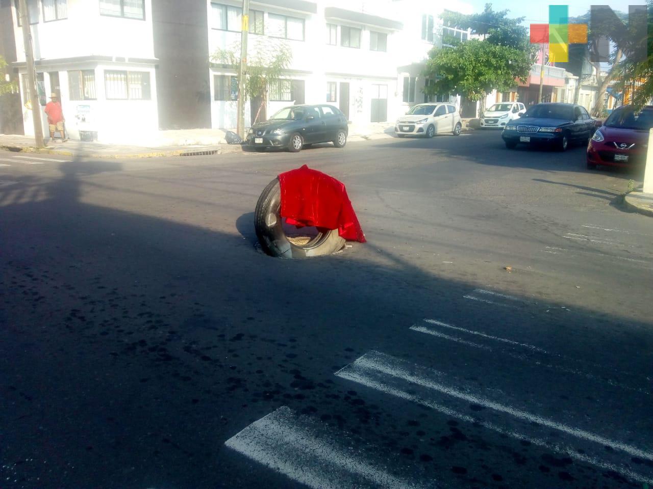 Ponen llanta en alcantarilla sin tapa, en el centro de Veracruz