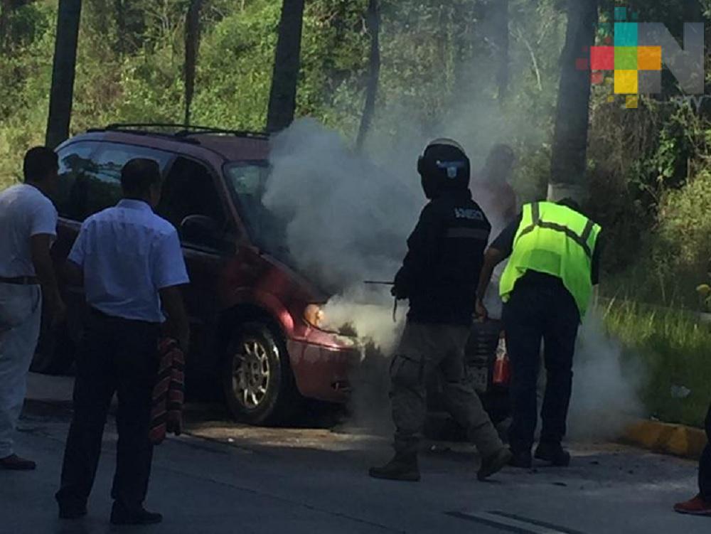 Se incendia vehículo en la autopista Xalapa-Coatepec