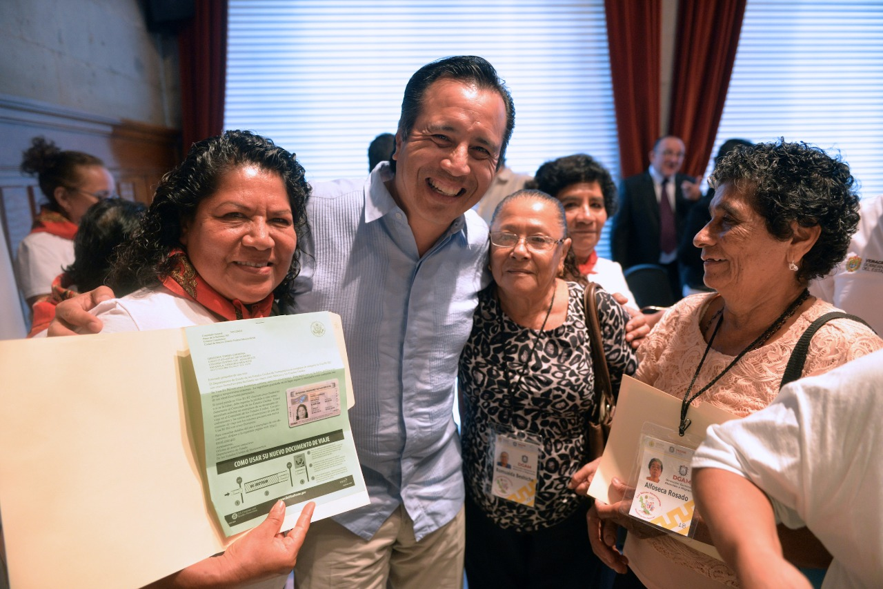 Para unir familias, Gobierno de Veracruz entrega visas a padres de migrantes
