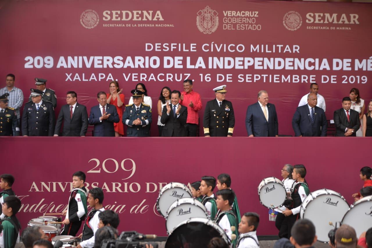 Encabezó el gobernador Cuitláhuac García el desfile con motivo del 209 aniversario de la Independencia de México