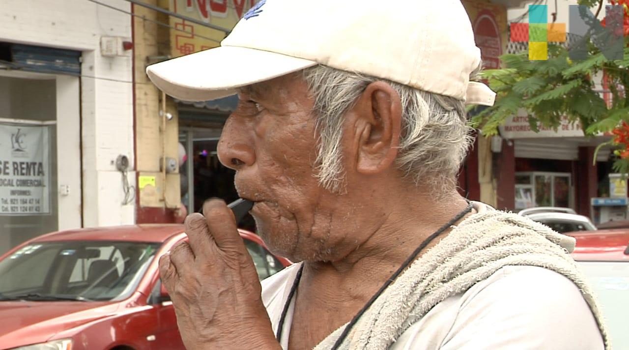 Adulto mayor convertido en tránsito ciudadano en calles de Coatzacoalcos