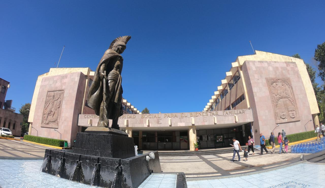 Estatua de Cuauhtémoc en clínica 11 IMSS, Xalapa