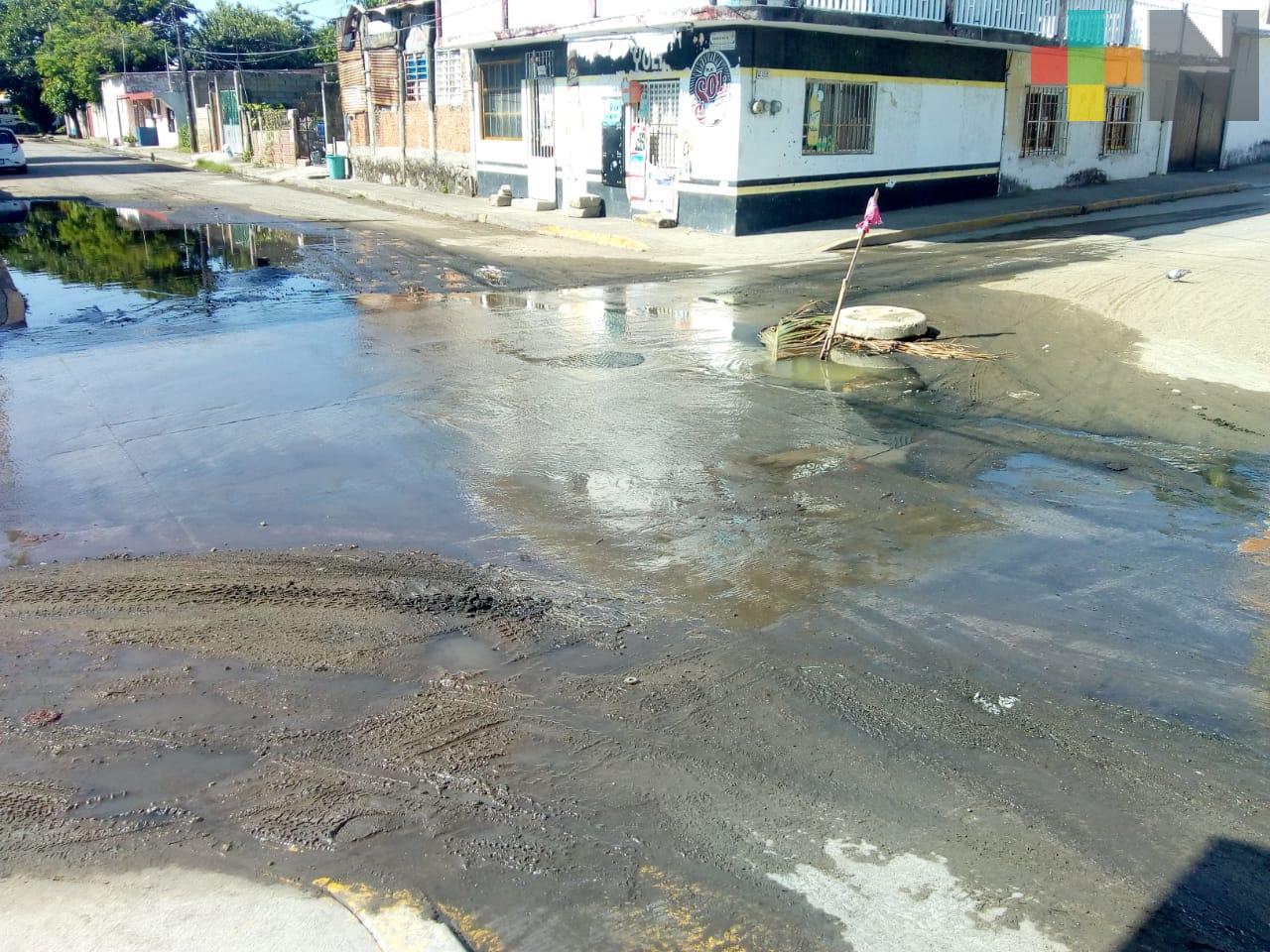 Reportan fuga de aguas negras en calle Democracia esquina Arista, en Veracruz puerto
