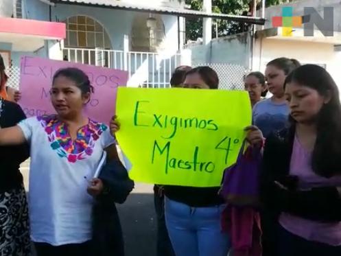 Padres de familia toman escuela primaria de Córdoba, exigen profesor