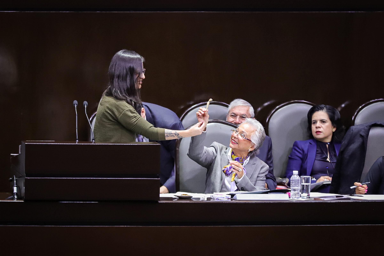 Diputada regala «churro» de marihuana a secretaria de gobierno