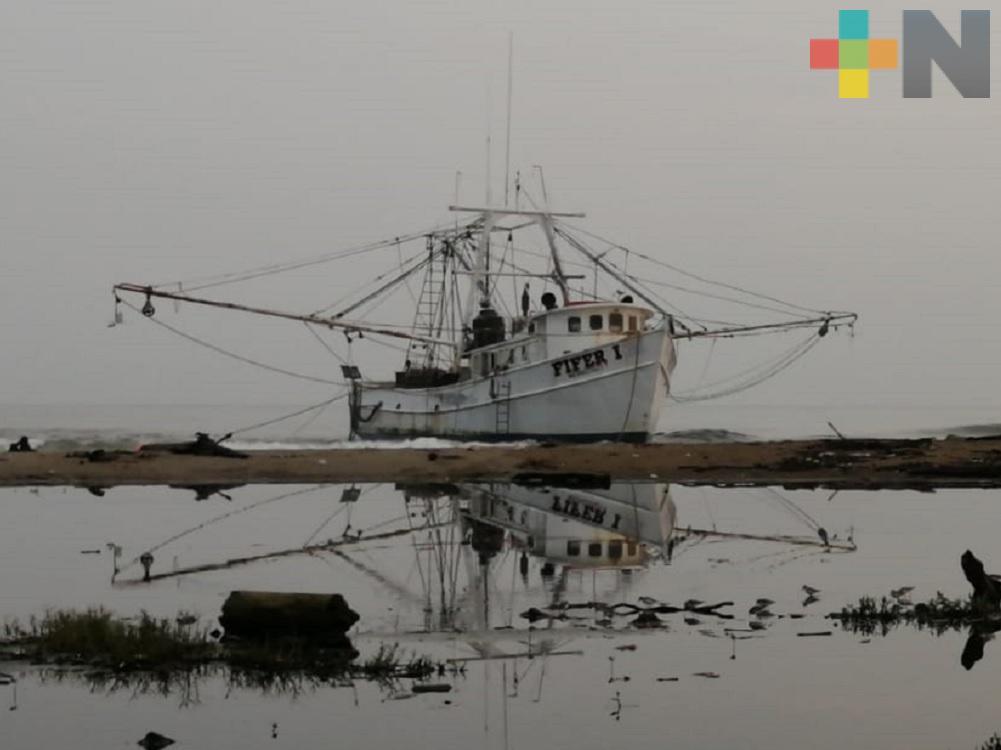 Condiciones climáticas impiden mover embarcación encallada en playa de Coatzacoalcos
