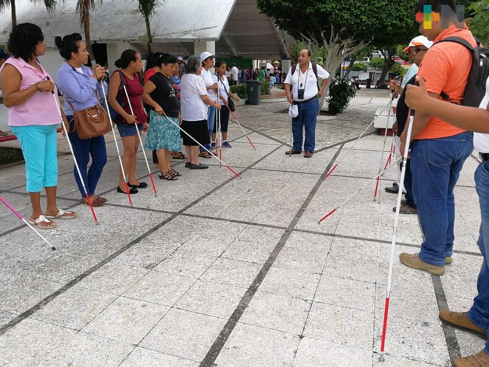 En Coatzacoalcos imparten taller de uso y orientación de bastón blanco