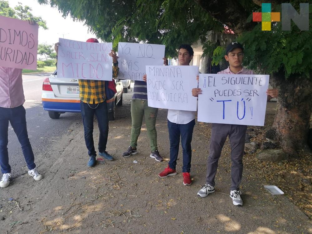 Jóvenes se manifiestan en Coatzacoalcos, exhortan a la sociedad a mantenerse unida