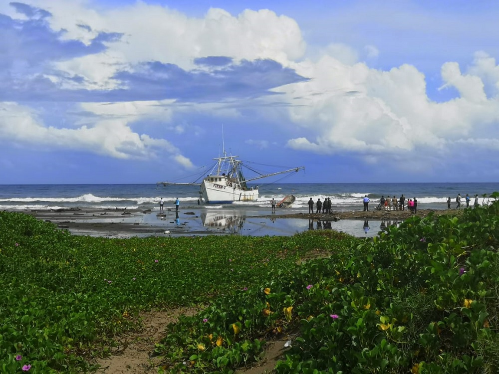 Barco encallado en Coatzacoalcos