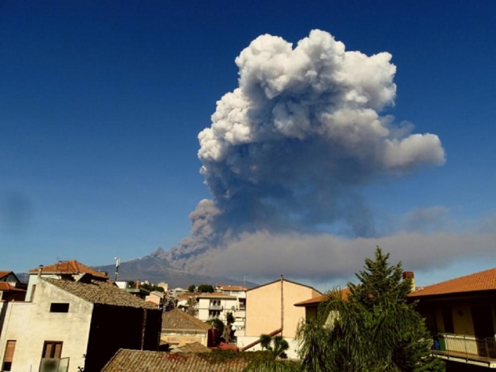 Entra en erupción volcán Etna, el más grande de Europa