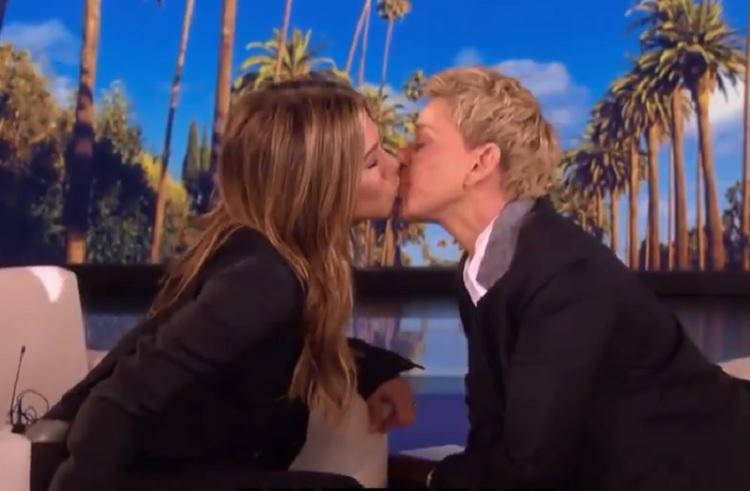 Jennifer Aniston y Ellen DeGeneres se besan durante entrevista