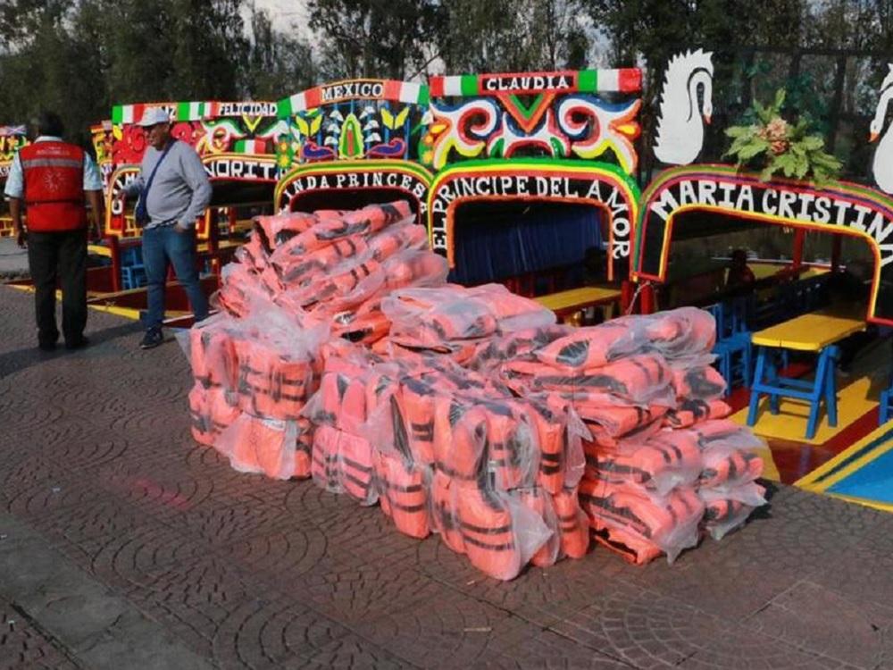 Reparten chalecos salvavidas en trajineras de Xochimilco