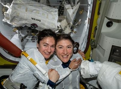 Astronautas mujeres completan histórica primera caminata espacial
