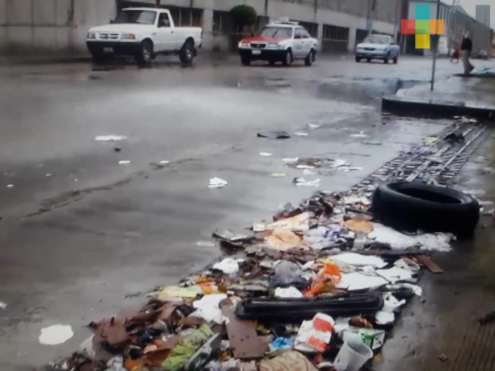 La basura en las calles tapa drenajes sanitarios en Martínez de la Torre