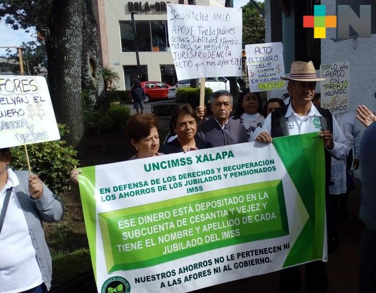 En Veracruz realizan marchas jubilados y pensionados del IMSS; exigen les regresen sus ahorros