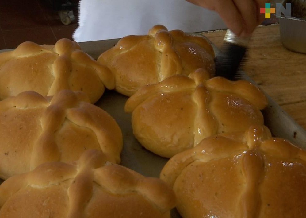 """Jóvenes del grupo """"La Promesa"""" iniciaron la elaboración de pan de muerto, en Coatzacoalcos"""