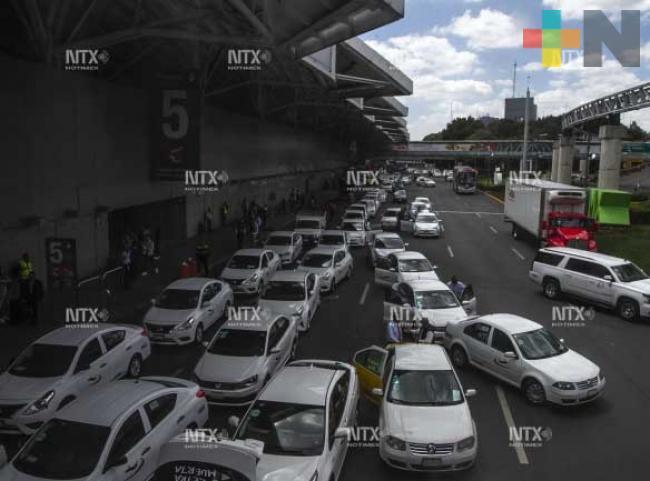 Taxistas retiran bloqueo en aeropuerto capitalino y la México-Toluca