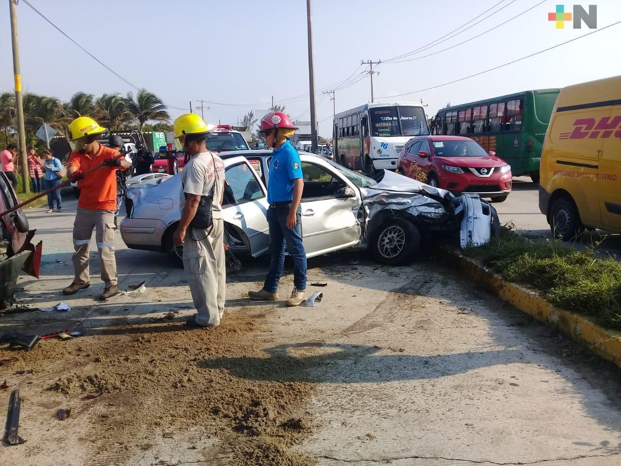 Fuerte choque entre dos automóviles en Coatzacoalcos deja un lesionado