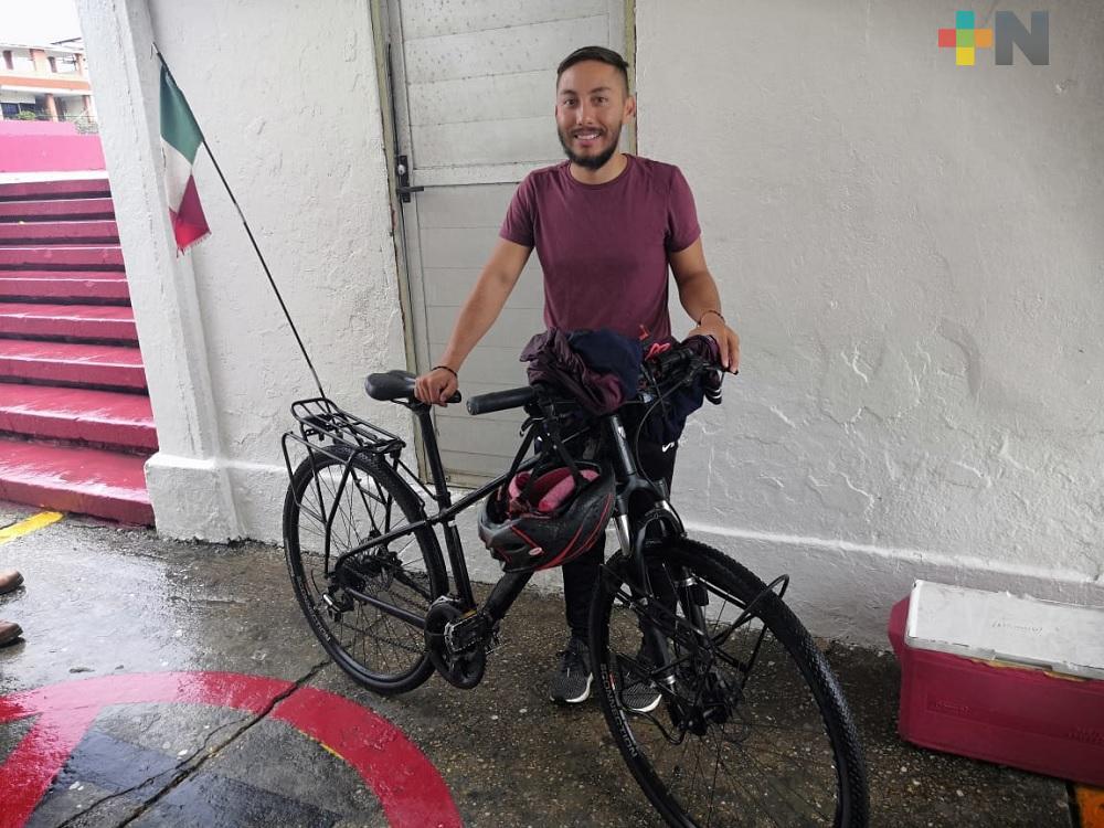Joven realiza viaje en bicicleta para conocer vivencias de grupos vulnerables de México