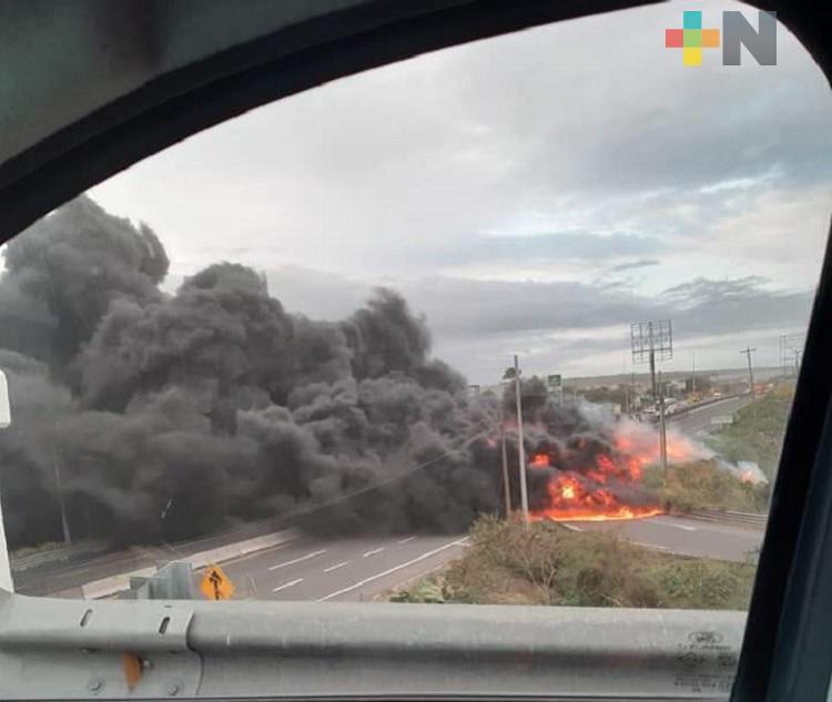 Controlado incendio de pipa en carretera Veracruz-Cardel; no reportan lesionados