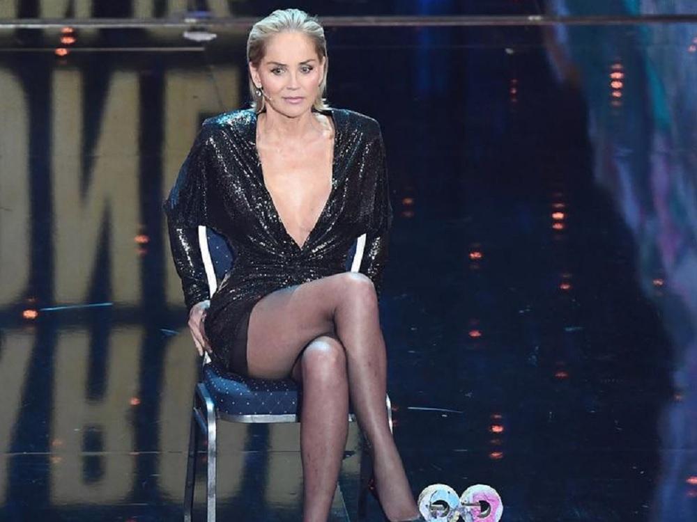 """Sharon Stone recrea cruce de piernas de """"Bajos instintos"""""""
