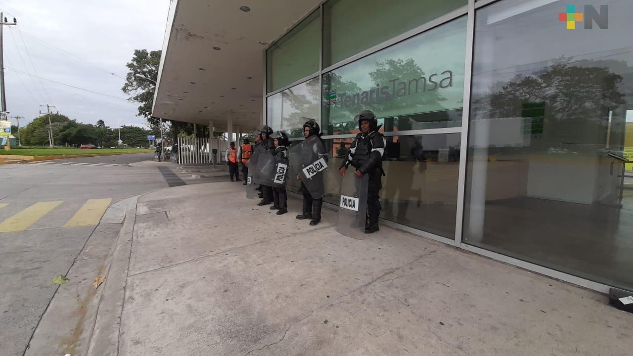 Elementos de seguridad resguardan accesos a Tamsa tras enfrentamiento de grupos rivales de obreros sindicalizados