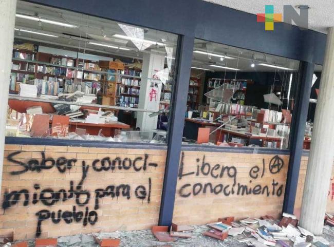 Encapuchados queman parte de Rectoría y vandalizan librería