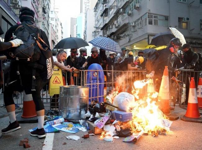 Crece violencia de protestas en Hong Kong