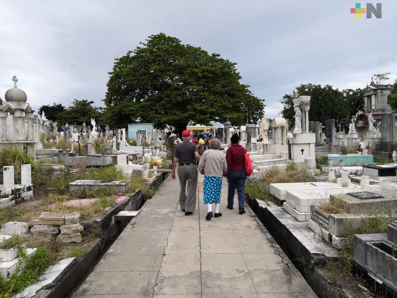Familias del puerto de Veracruz visitan panteones