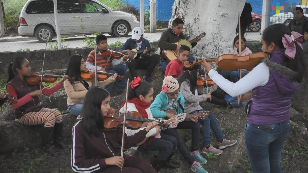 Niños aprenden actividades culturales en la zona huasteca