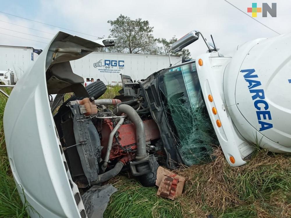 Tráiler con aceite comestible se accidenta en autopista  Cosoleacaque-Nuevo Teapa